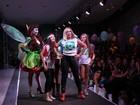 De calça justinha, Susana Vieira faz charme e joga beijos em desfile