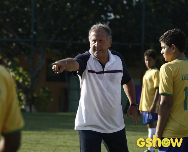 Zico explica esquema tático para jogador (Foto: TV Globo/Inácio Moraes)