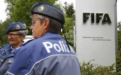 Polícia na sede da Fifa (Foto: Reuters)