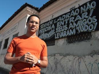 Padre Marcelo Júnior usou ironia em faixas para protestar contra assaltos. (Foto: Hans von Manteuffel / Agência O Globo)