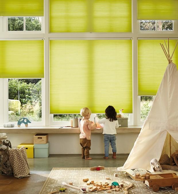 As cortinas Duette® possuem dez opções de acionamento. Destaque para a motorizada,  que dispensa o uso de fios e cordas, ideal para casas com crianças e pets (Foto: Divulgação)