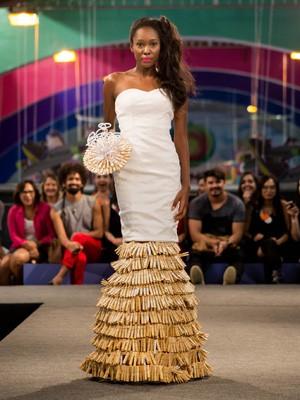 Vestido de noiva inspirado em brinquedo popular usou 1200 pegadores de roupa (Foto: Cynthia Myarka/Divulgação)