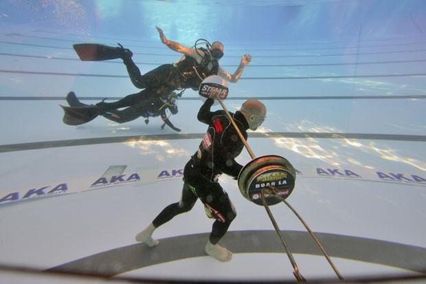 Ion Oncescu andou 33 metros debaixo d'água enquanto carregava um peso de 59 quilos. (Foto: Daniel Mihailescu/AFP)