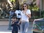 Miranda Kerr toma sorvete com o filho e deixa barriguinha de fora