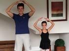 Papai bem humorado, Rodrigo Faro imita a filha em pose de balé