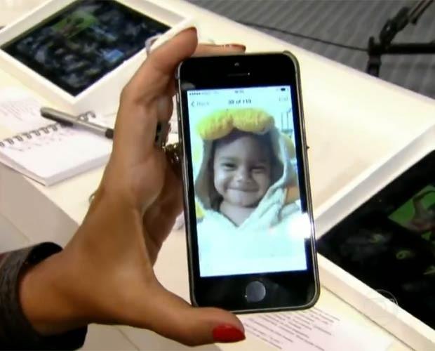 Regina Cazé mostra a foto do filho Roque na tela do telefone (Foto: Domingão do Fastão / TV Globo)