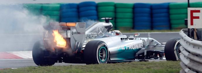 Lewis Hamilton carro pega fogo treino GP da Hungria (Foto: EFE)