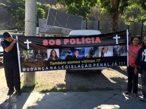 Policiais militares fizeram protesto no velório de Drielle Lasnor (Foto: Cristina Boeckel / G1)