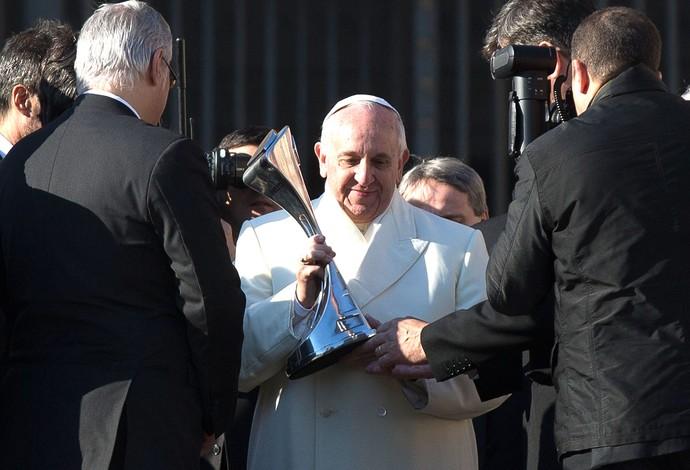Papa Francisco recebe troféu do San Lorenzo (Foto: Ap)