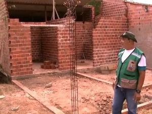 Fiscais da prefeitura fazem operação para impedir a ocupação irregular em áreas verdes da cidade e destroem construções irregulares (Foto: Reprodução/ TV Gazeta)