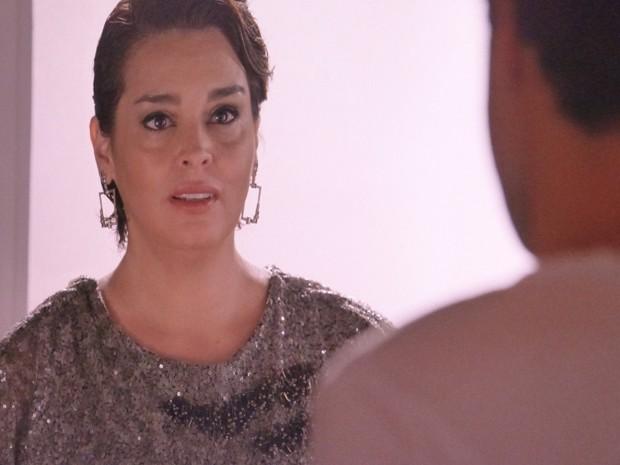 Beatriz fica chocada com a revelação do filho (Foto: Gshow)