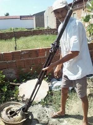 Agricultor mostra a máquina com a qual perfurou poço de água em Ipueira, RN (Foto: Tarcísio Santos)