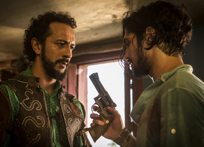 Diante de Bento, Miguel pega a arma de Santo para acabar com a vida do avô (Foto: Inácio Moraes/ Gshow)