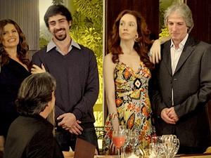 Jantar a três! Ex mulheres de Cadinho aparecem em jantar e assustam Cadinho (Foto: Avenida Brasil / TV Globo)