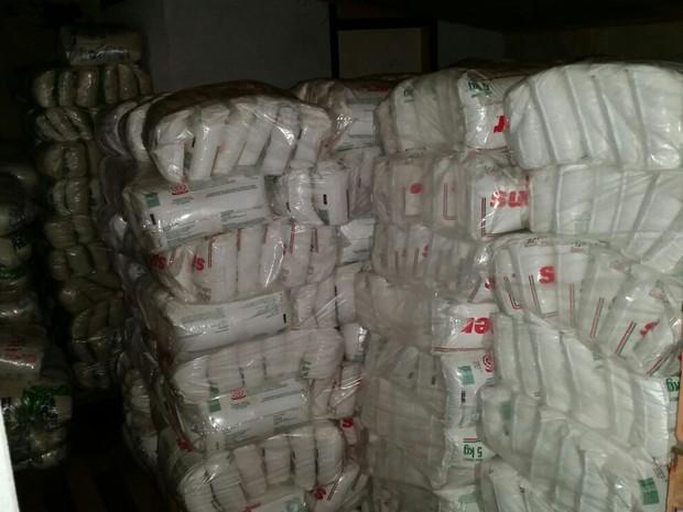 Parte da carga de açúcar foi encontrada em barracão (Foto: Polícia Civil/Divulgação)