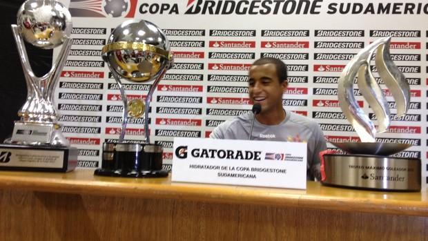 Lucas, com prêmios após a Copa Sul-Americana (Foto: Marcelo Prado/Globoesporte.com)