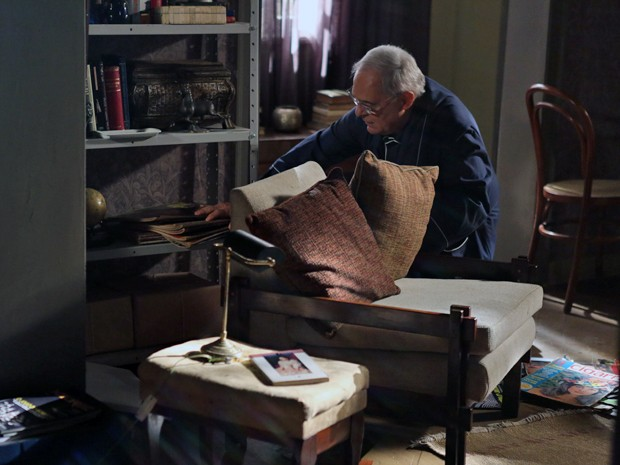 Silviano leva um susto ao encontrar sala toda revirada (Foto: Pedro Curi/ Gshow)