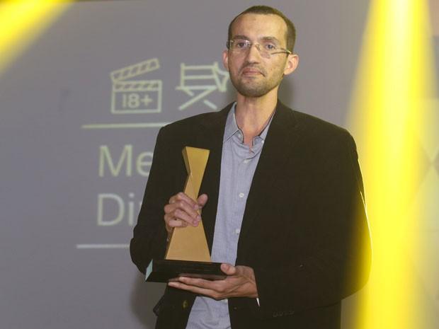 Marcos Morais mostra o troféu de melhor diretor no Prêmio Sexy Hot 2015, vencido pelo filme 'Cornolândia, o submundo dos cornos'  (Foto: Eduardo Viana/Divulgação)