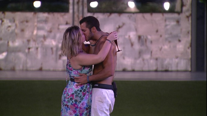 Matheus e Maria Claudia se beijam (Foto: TV Globo)