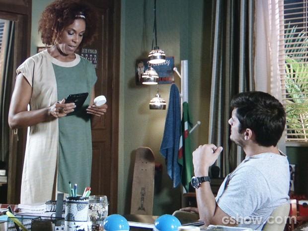 Dulce resolve contar a verdade para o filho sobre chocalho (Foto: Em Família/TV Globo)