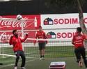 """Só riso: Vargas e Aránguiz se divertem em futetênis com """"sparrings"""" do Chile"""