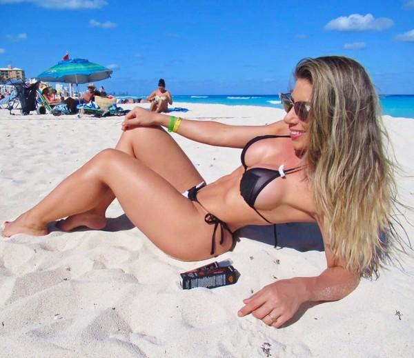 Tati Minerato posa com biquíni micro em Cancún