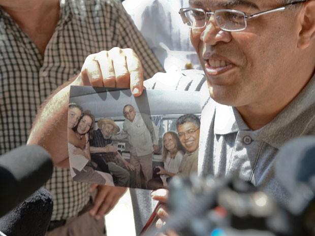 Elías Jaua mostrou uma fotografia ao lado do líder cubano. (Foto: AFP)