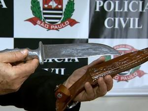 Suspeito entregou à policia faca utilizada no crime (Foto: Claudio Oliveira/EPTV)