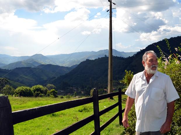 Seu Jair Barros no quintal da propriedade dele no Condado, em Alagoa, MG (Foto: Samantha Silva / G1)