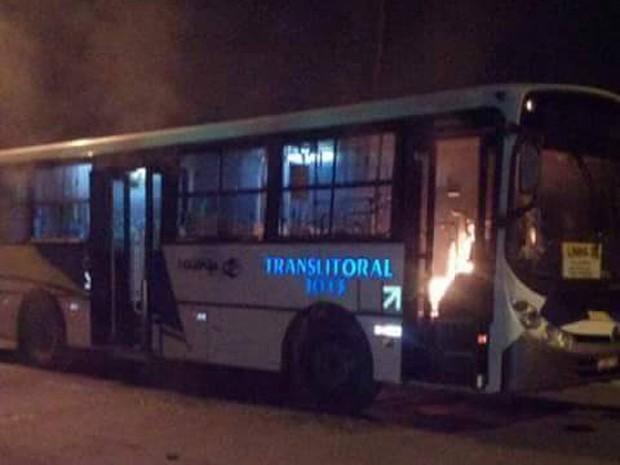 Algumas pessoas atearam fogo em ônibus municipal (Foto: G1)