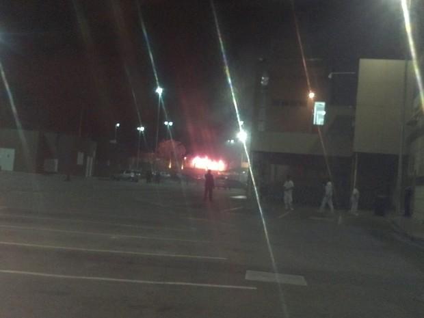 Incêndio em ônibus foi fotografado de longe por internauta que passava pelo local. (Foto: imagem cedida/ Eduardo Ribeiro)