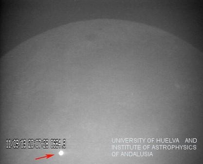 Imagem mostra o impacto de um meteorito na superfície da Lua em 11 de setembro de 2013 (Foto: J. Madiedo / MIDAS)