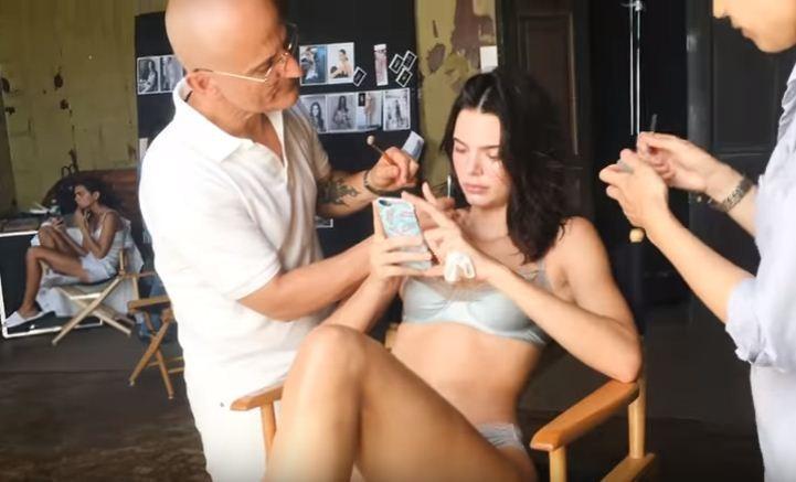Kendall Jenner exibe sua sensualidade nos bastidores de campanha da Estée Lauder (Foto: Divulgação)