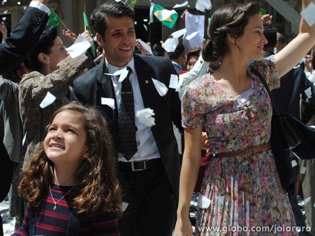 Famílai reunida! Amélia, Franz e Pérola festejam juntos nas ruas da cidade (Foto: Joia Rara/ TV Globo)