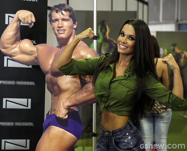 Fernanda brinca também com a imagem de Arnold Schwarzenegger (Foto: Pedro Curi / TV Globo)