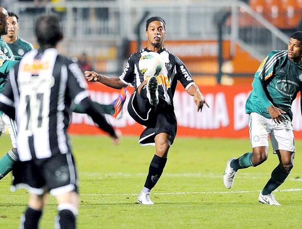 Ronaldinho Gaúcho na partida do Atlético-MG contra o Palmeiras (Foto: Marcos Ribolli / Globoesporte.com)
