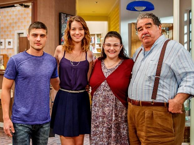 Laura mora com os irmãos Gustavo e Bia e o avô Vicente (Foto: Artur Meninea/ Gshow)