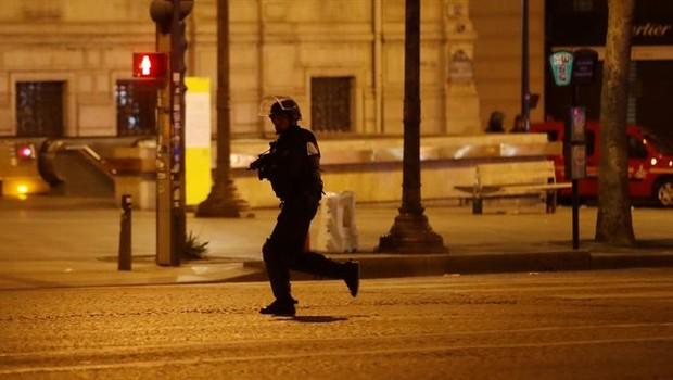 Policiais cercam área em que um tiroteio deixou um policial morto na área central de Paris (Foto: Ian Lagsdon/EFE)