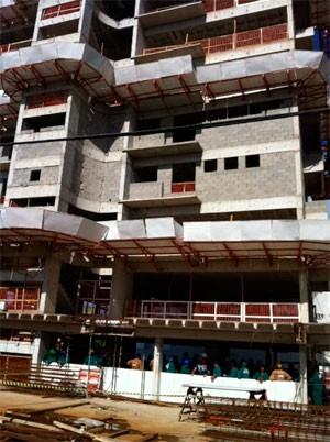 Operário morreu após cair do 7º andar do prédio (Foto: Caroline Holder/G1)