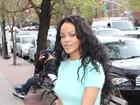 Rihanna usa look curtinho e que deixa parte de sua barriga à mostra