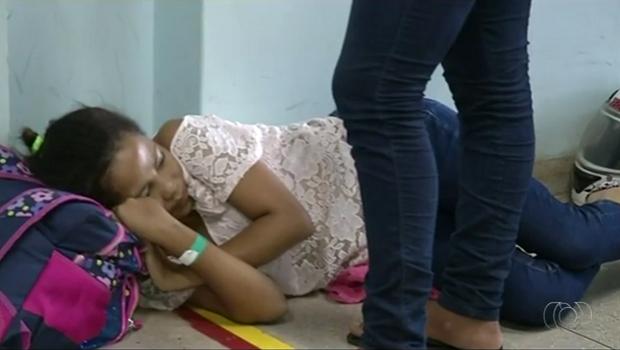 Adolescente precisou esperar atendimento deitada no chão (Foto: Reprodução/TV Anhanguera)