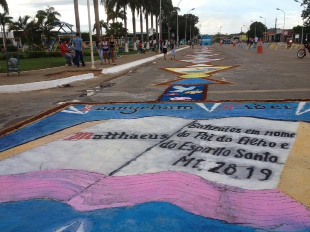 Cerca de mil pessoas participaram da confecção do tapete para a procissão de Corpus Christi, em Monte Negro (RO).  (Foto: Eliete Marques/G1)