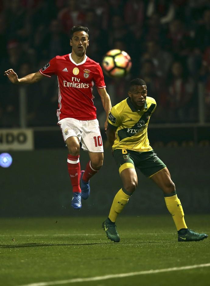 Jonas em ação pelo Benfica diante do Paços de Ferreira (Foto: EFE)