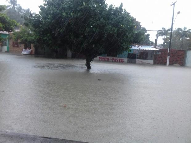 Bairro Jardim Planalto, em Parnamirim, tem rua completamente alagada. (Foto: Jonaldo Rodrigo)