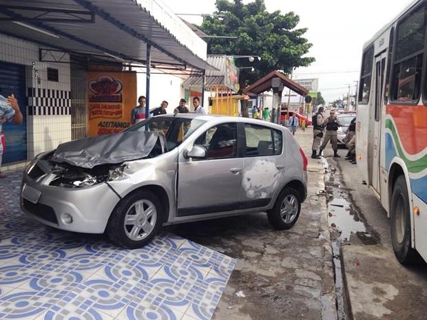 Segundo o Batalhão de Policiamento de Trânsito (BPTran), três pessoas estavam no carro, mas nenhuma ficou ferida com gravidade, apenas ferimentos leves (Foto: Walter Paparazzo/G1)