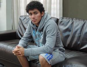 Semblante sério ao falar do passado e concentrado ao projetar o futuro. Com 19 anos, Breno mostra maturidade (Foto: Mateus Tarifa / GloboEsporte.com)