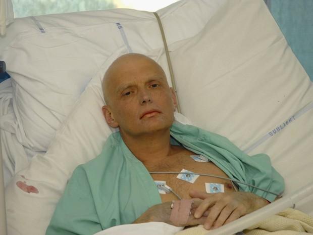 Alexander Litvinenko é fotografado em UTI no hospital University College de Londres, em novembro de 2006, 3 dias antes de morrer envenenado com polônio (Foto: Natasja Weitsz/Getty Images/Arquivo)