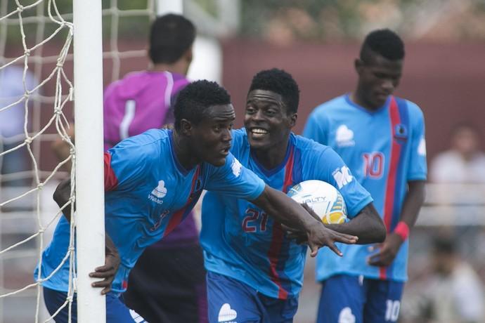 Jogadores do Pérolas Negras-HAI comemoram gol contra o América-MG (Foto: Daniel Vorley/AGIF/Estadão Conteúdo)