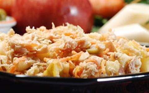Salada gelada de frango com cenoura ralada e cubos de maçã