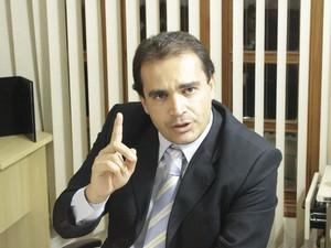 Delegado Marcelo Freitas explica xomo o grupo fraudava as licitações. (Foto: Valdivan Veloso / G1)